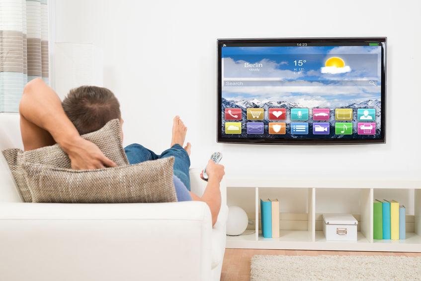 Hombre en sofá viendo televisión