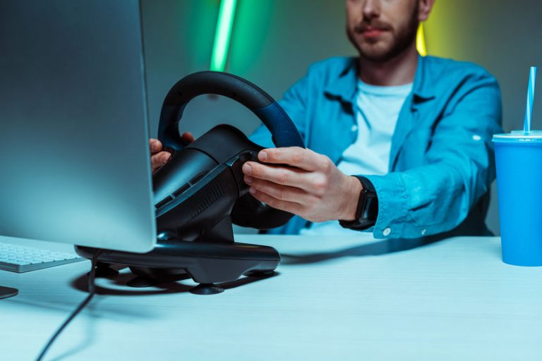 Hombre al volante en ordenador