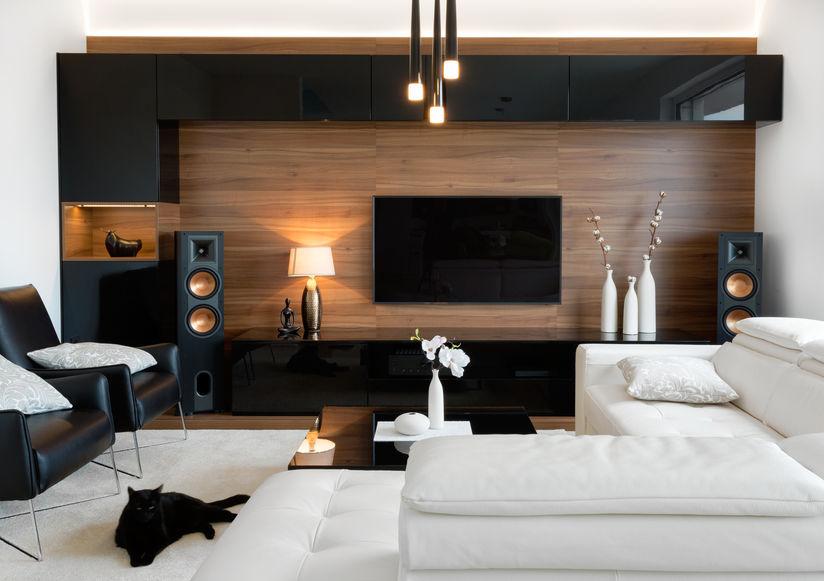 Sala elegante con televisión en la pared