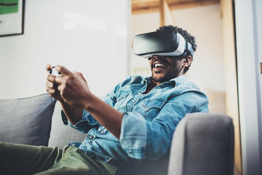 HOmbre sonriente jugando videojuegos