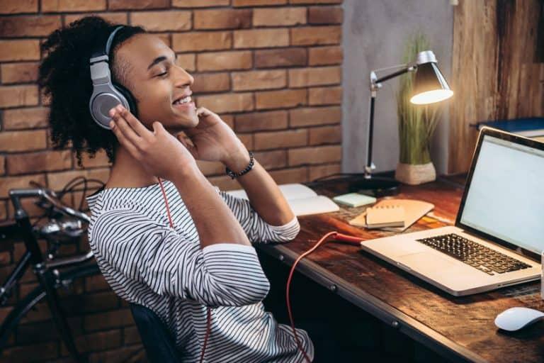 Hombres escuchando musica con los uriculares Sony