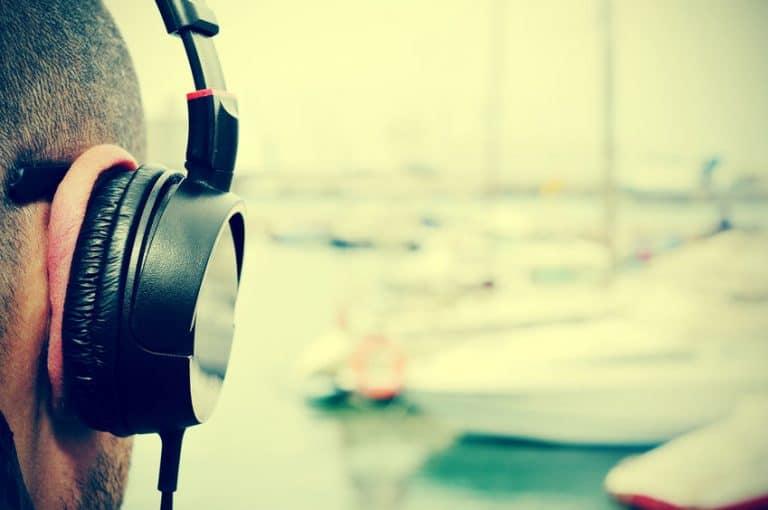 Escuchando musica con auricular Sony en la calle