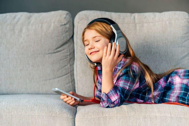 Niña escuchando musica con arricular