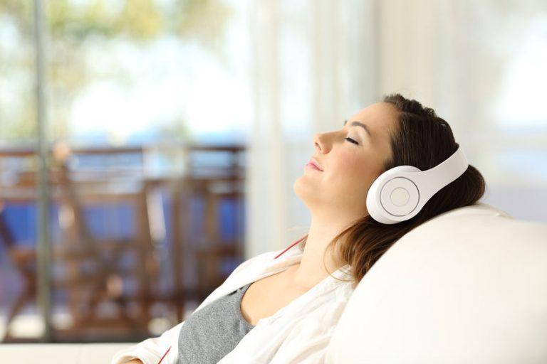 Mujer escuchando música con auriculares bluetooth