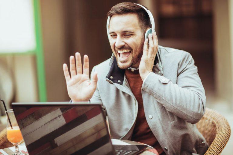 Hombres escuchado música desde PC con auriculares inalambricos