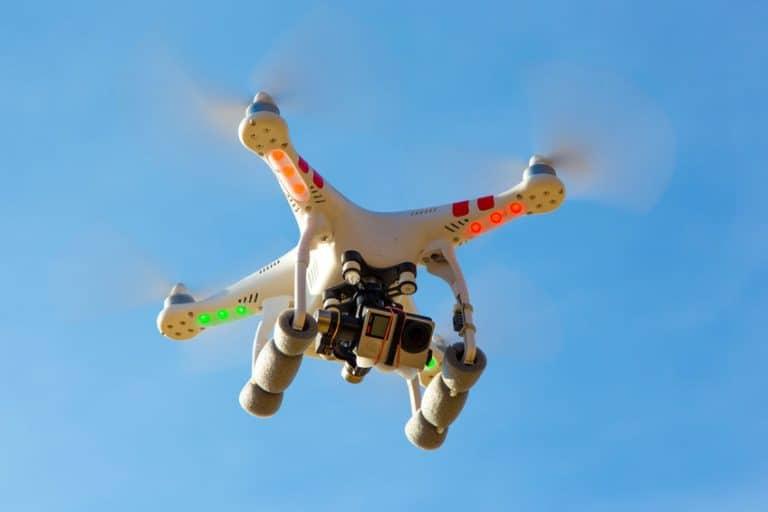 Drone en pleno vuelo visto desde abajo