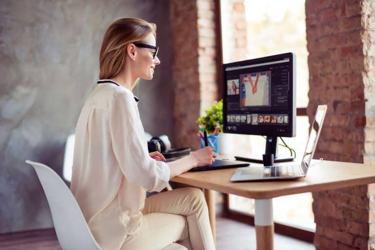 Mujer con monitor LCD