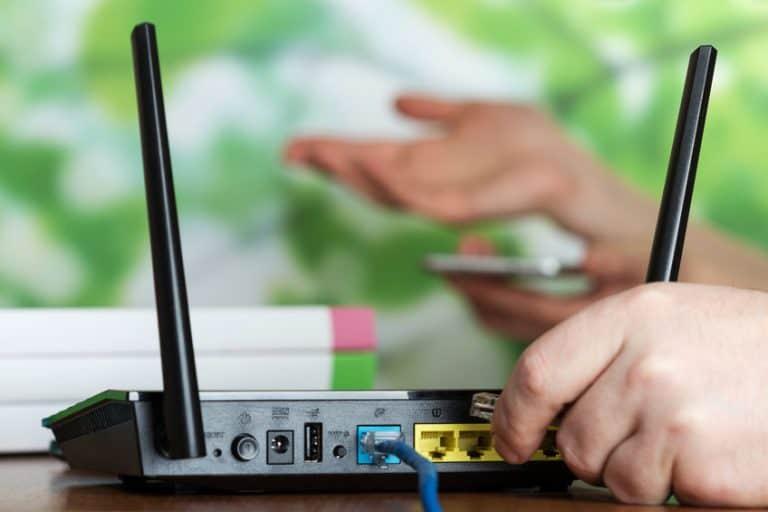 Una persona conectado a un router
