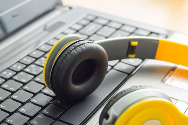 Auriculares con teclado de fondo
