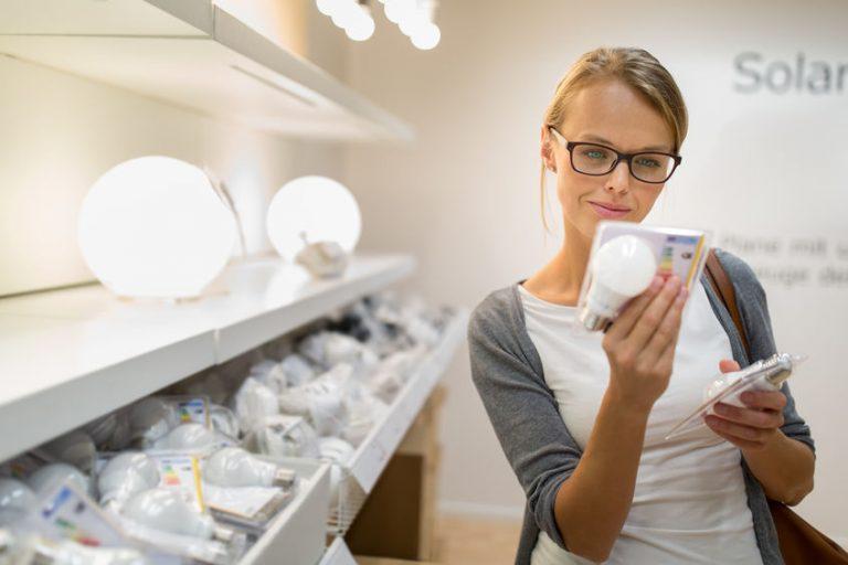 Mujer comprando bombillas