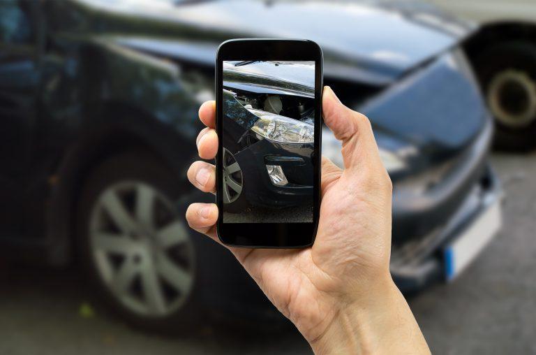 Una mano con el móvil que se ven las imágenes de una cámara