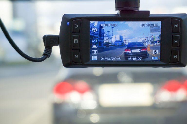 Una cámara de coche instalada y funcionando