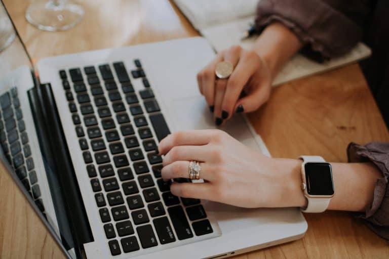 Mujer con computadora