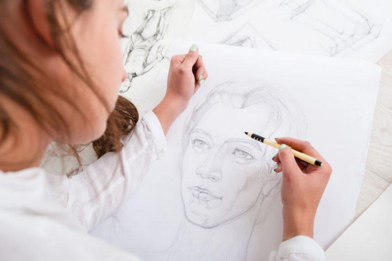 Mujer dibujando