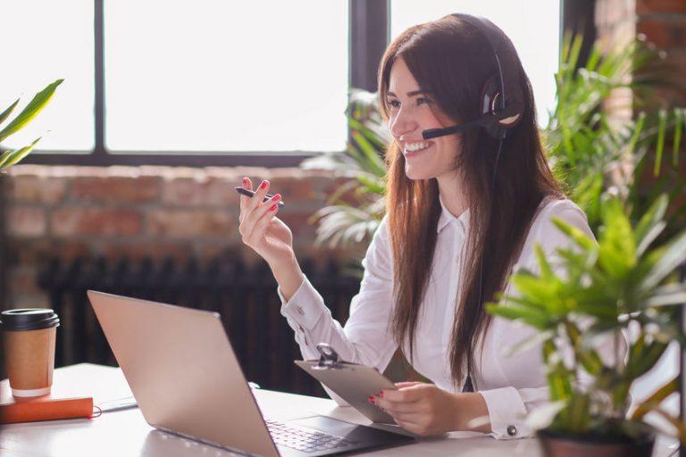 Mujer sentada con laptop