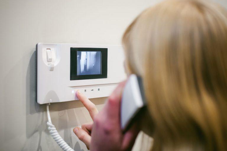 Mujer llamando a su casa