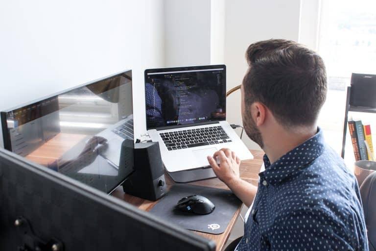 Hombre con su portátil
