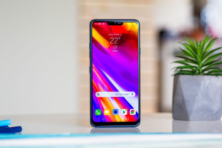 Un móvil en vertical con colores en la pantalla