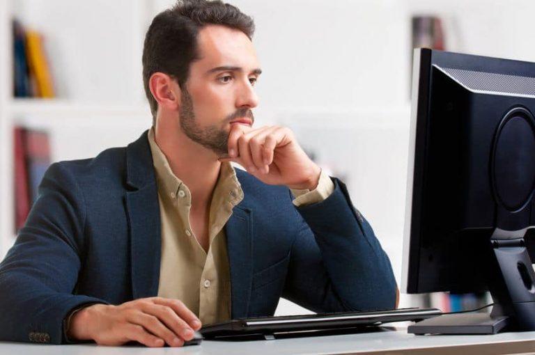 joven trabajando en computadora