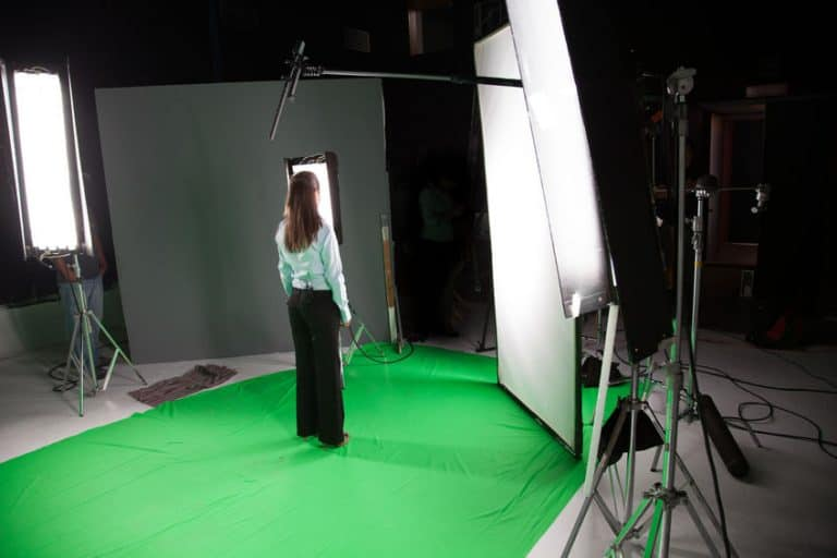 Una chica sobre una pantalla verde