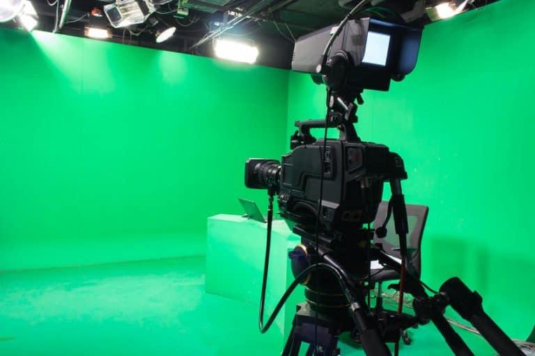 Un estudio con una cámara y con pantallas verdes
