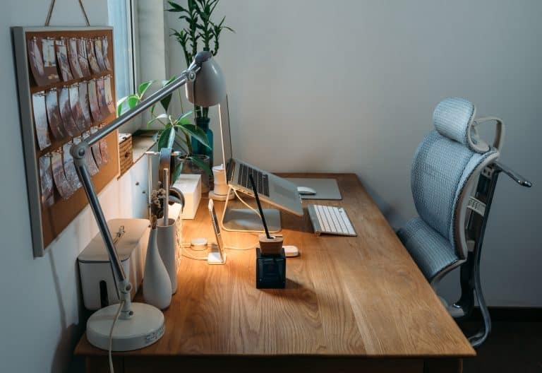 Mesa de escritorio con portátil