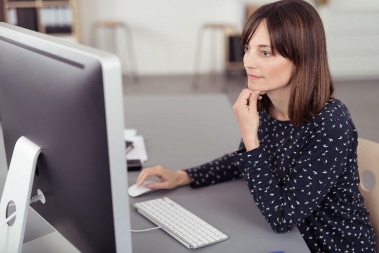 Mujer trabajando con computadora