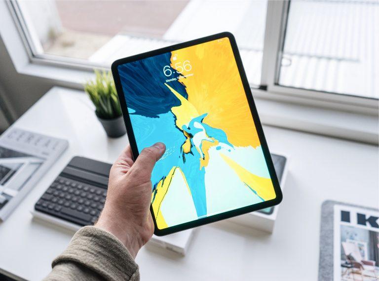 Persona con tablet en su mano