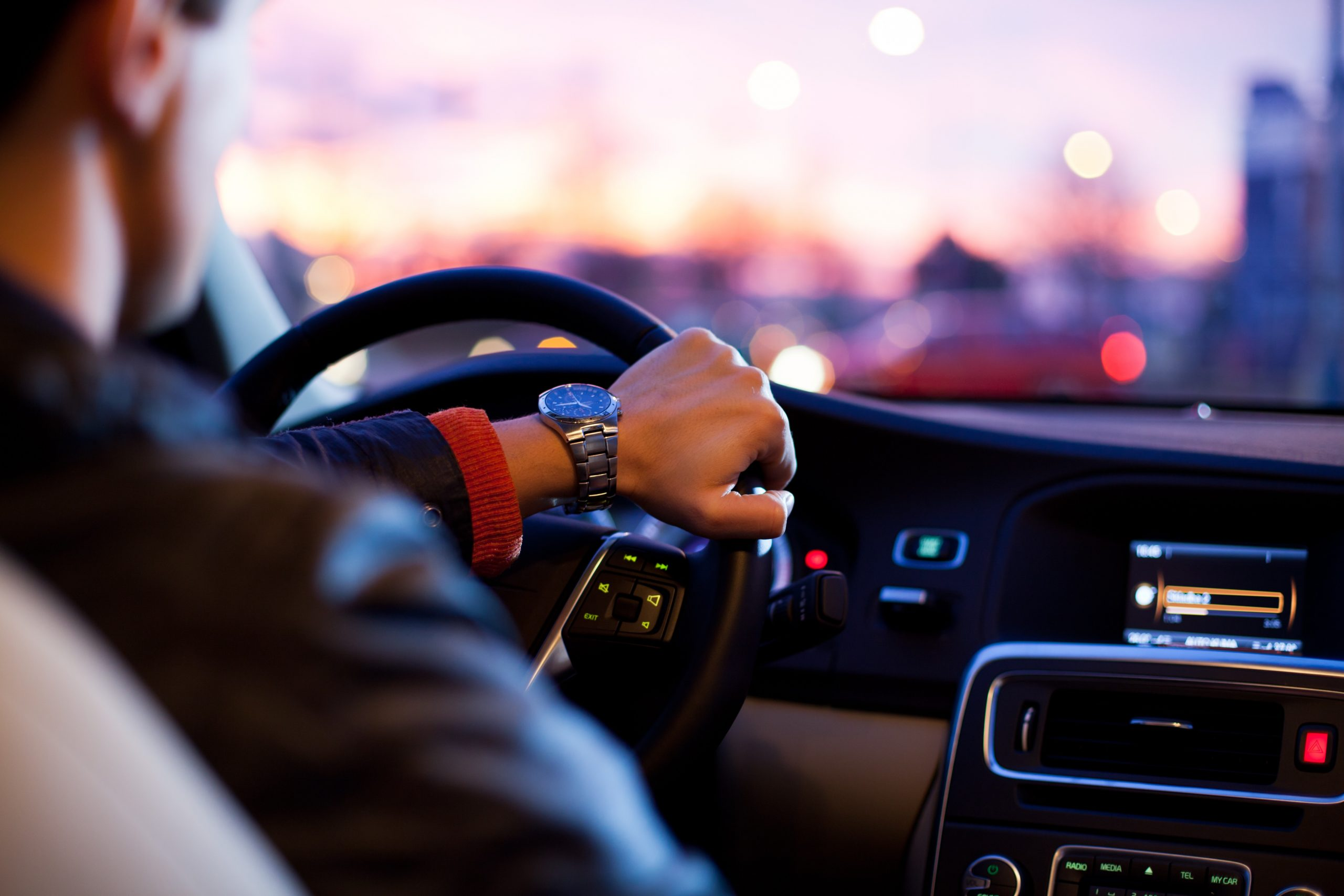 Hombre en coche