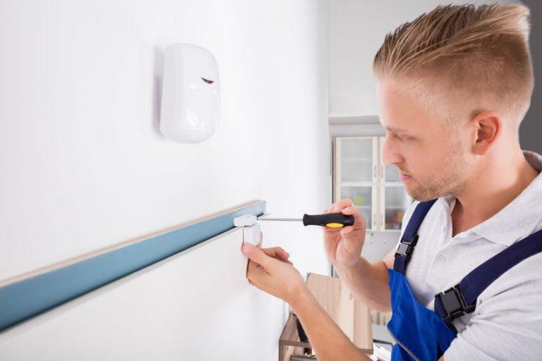 Hombre instalando sensor