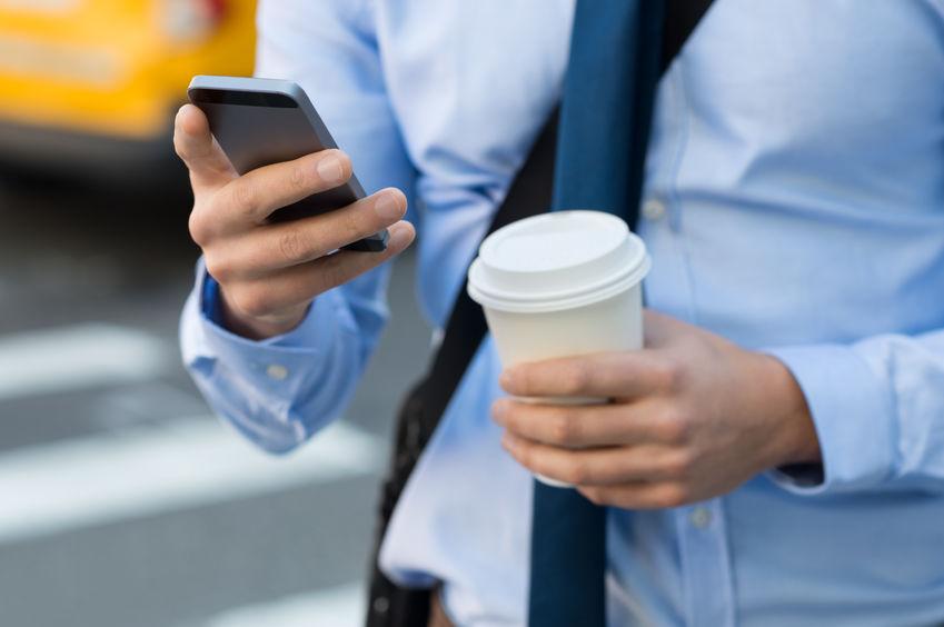 Hombre de negocios con smartphone Huawei en la mano