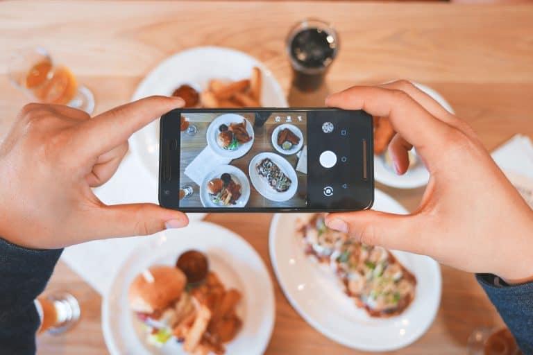 Hombre tomando foto a su comida