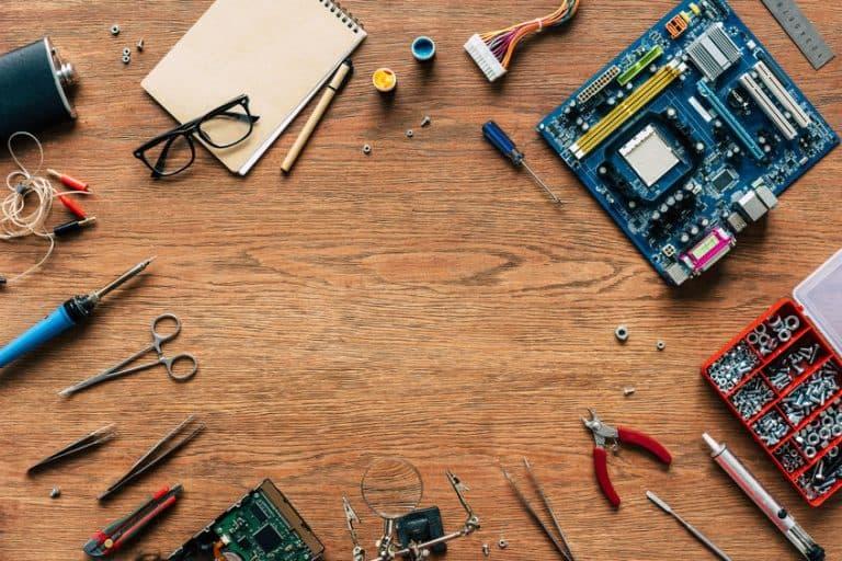 Una placa madre y herramientas