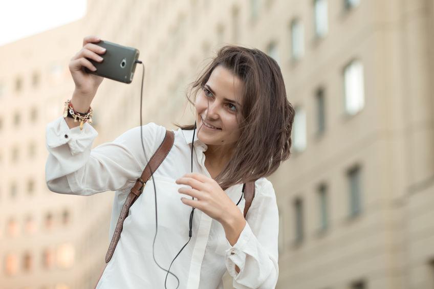 Mujer joven con escuchando musica con smartphone