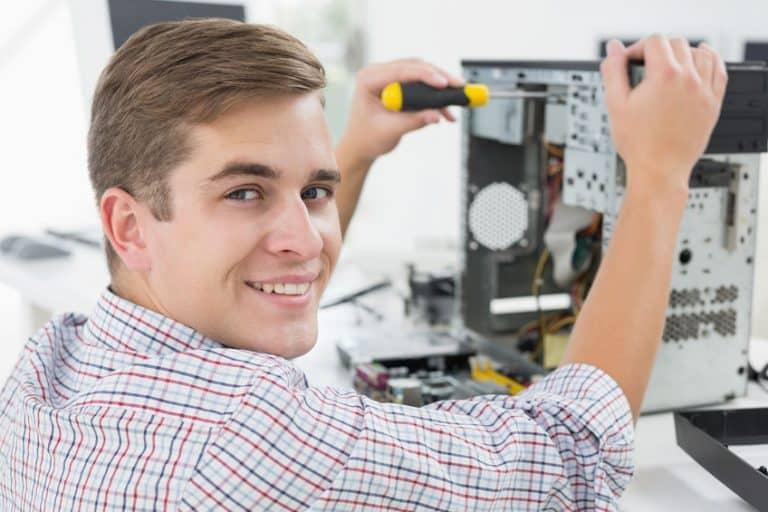 Un chico montando un ordenador