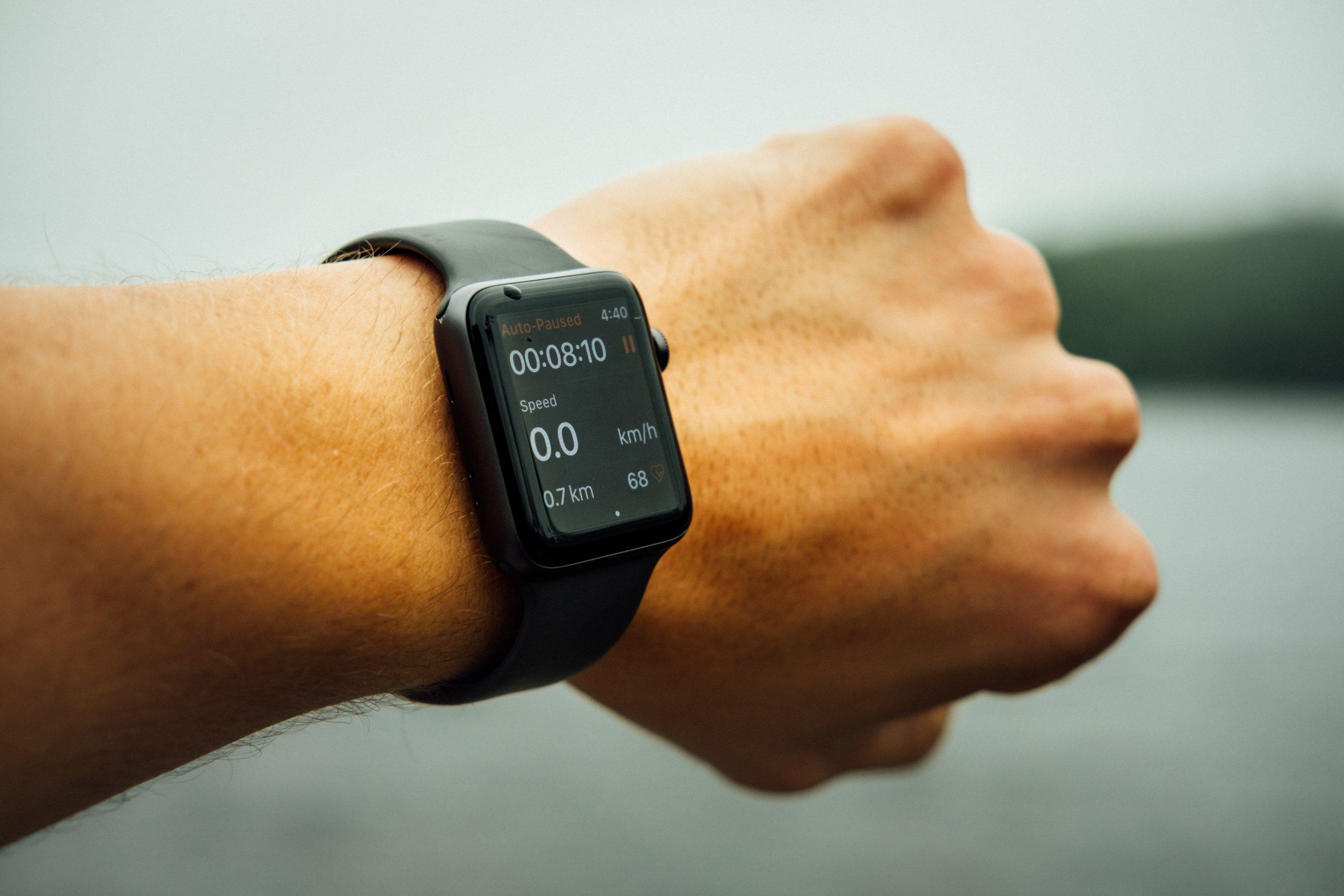 Mano con un smartwatch