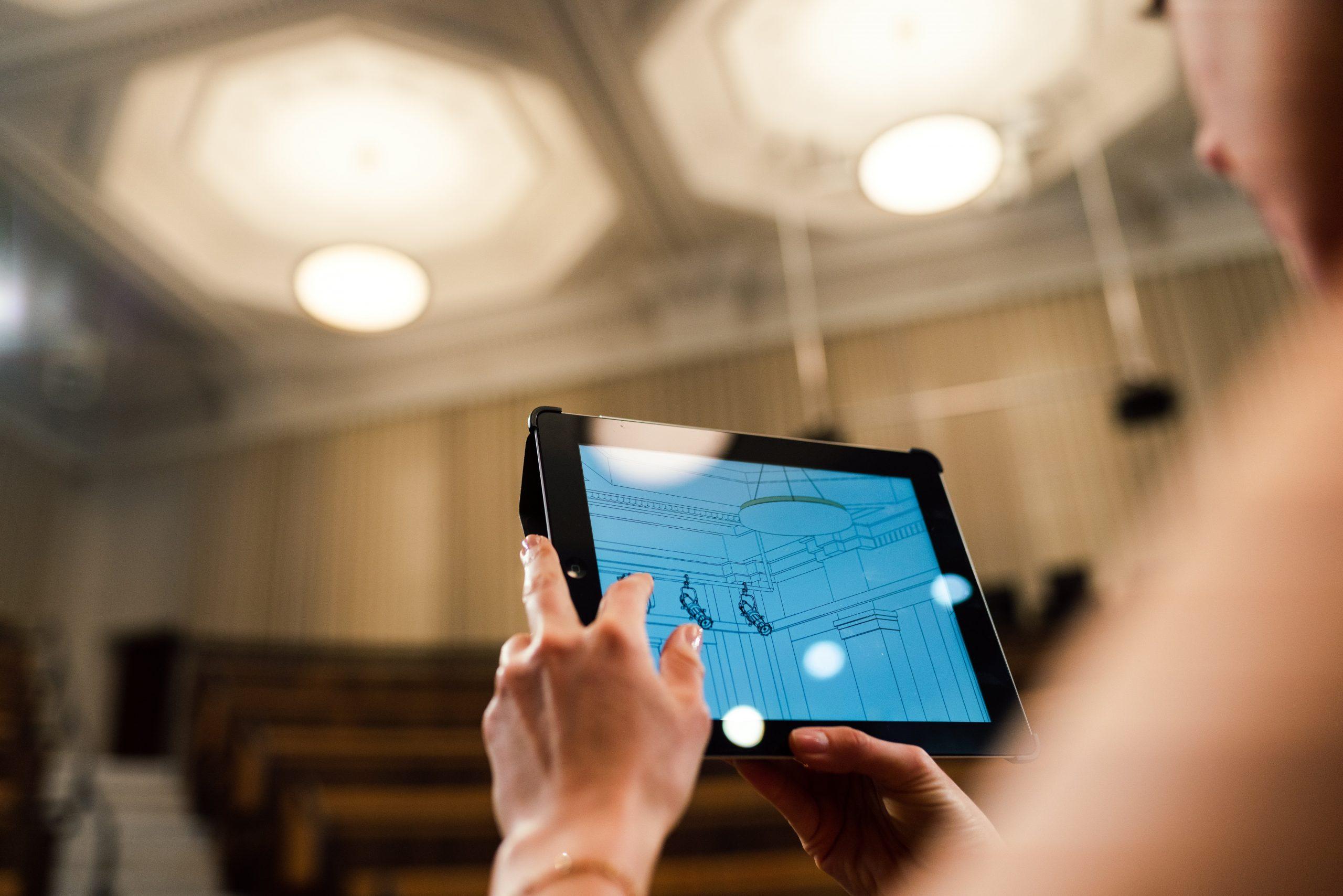 Mujer sosteniendo una tablet