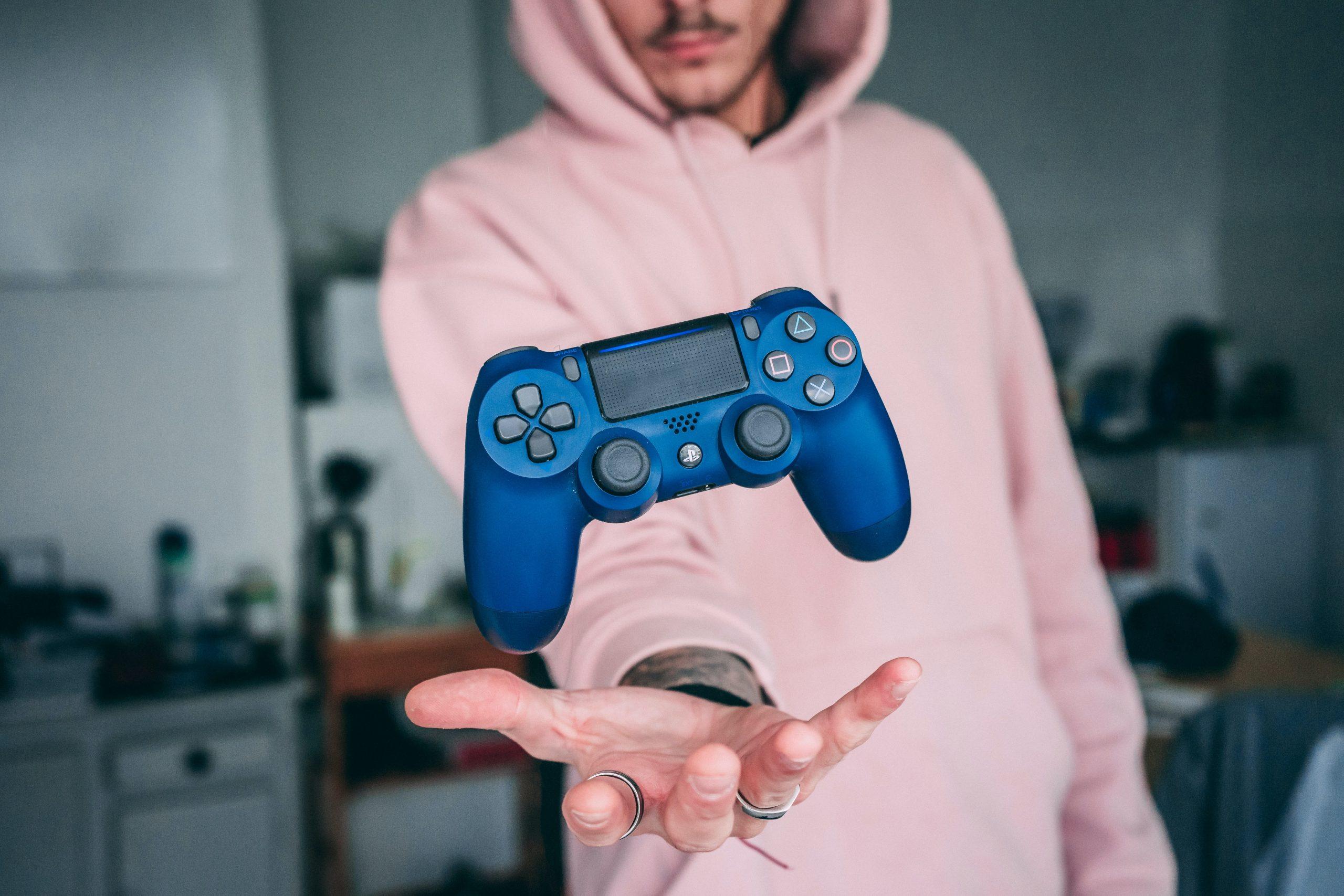 Hombre con control azul de ps4
