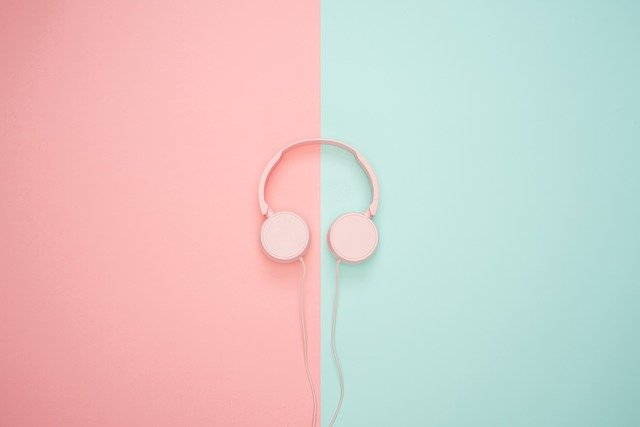 Auriculares en fondo de color