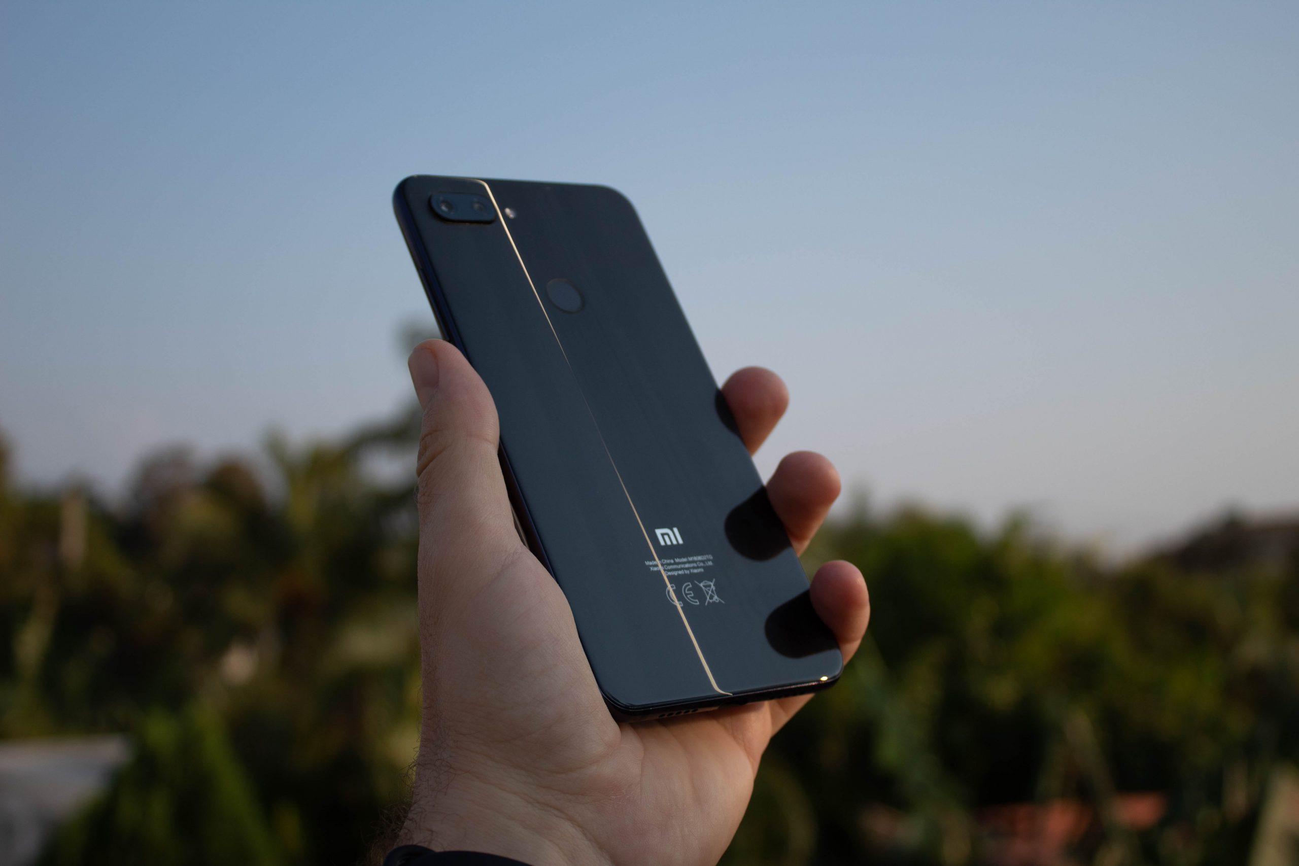 imagen de una mano sosteniendo un móvil Xiaomi