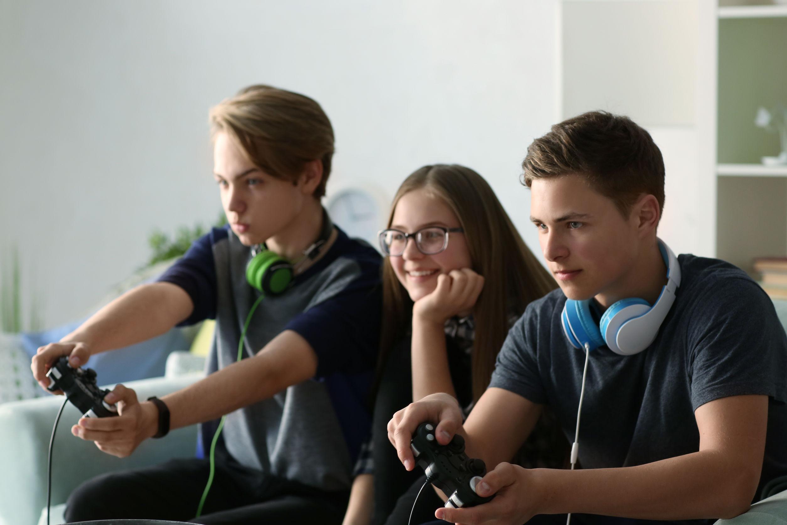 adolescentes jugando consola