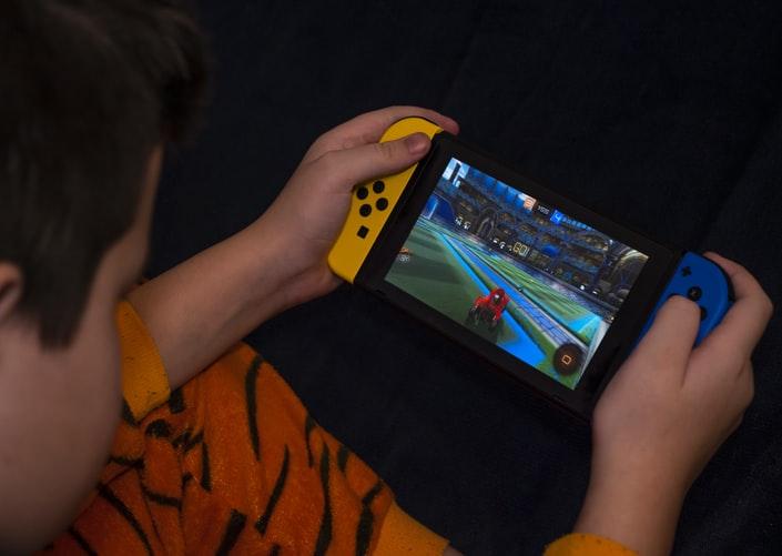 niño jugando con switch