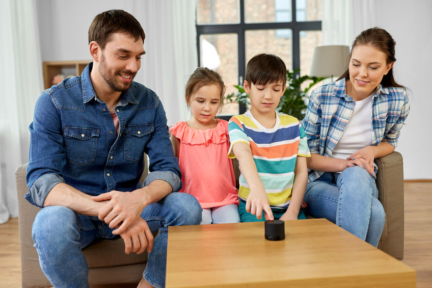 familia con altavoz