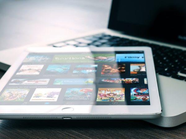 Tablet con Amazon Prime sobre Laptop