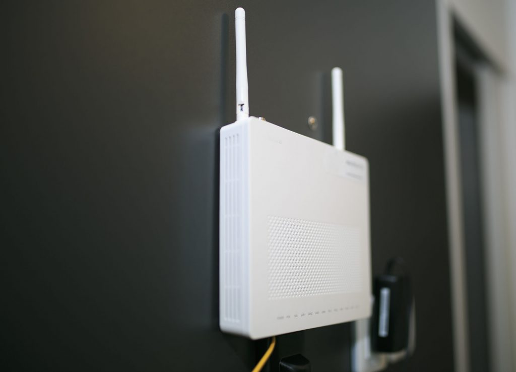 Receptor wifi en una habitación de hotel.