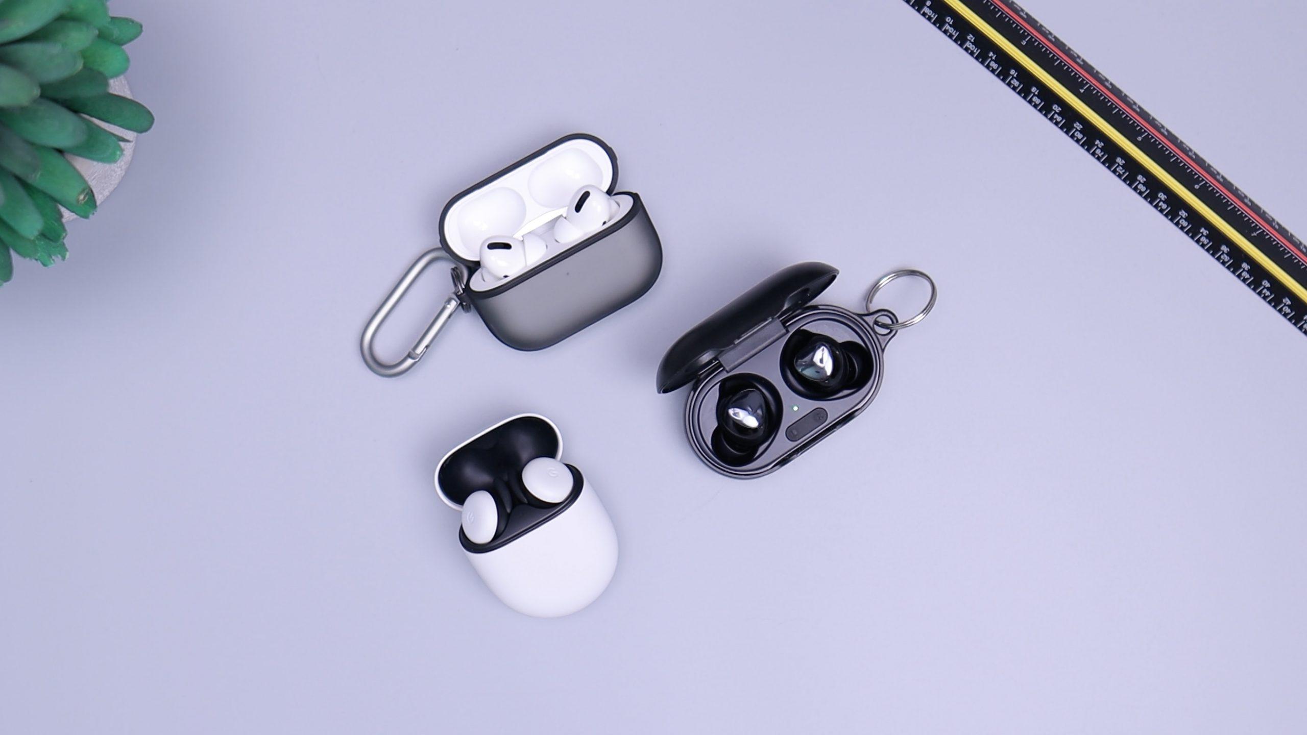 Tres pares de auriculares tws sobre fondo gris