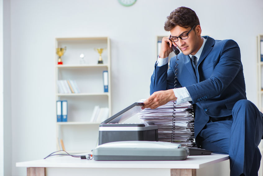 chico en oficiona con impresora multitareas