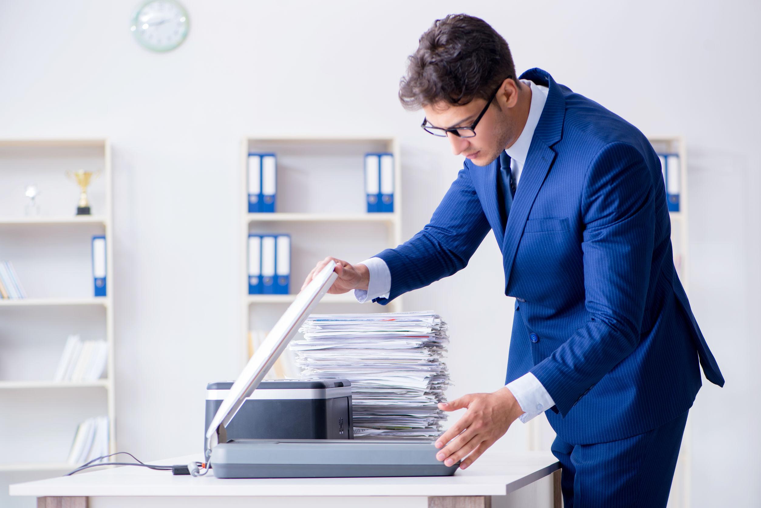 oficinista con escaner