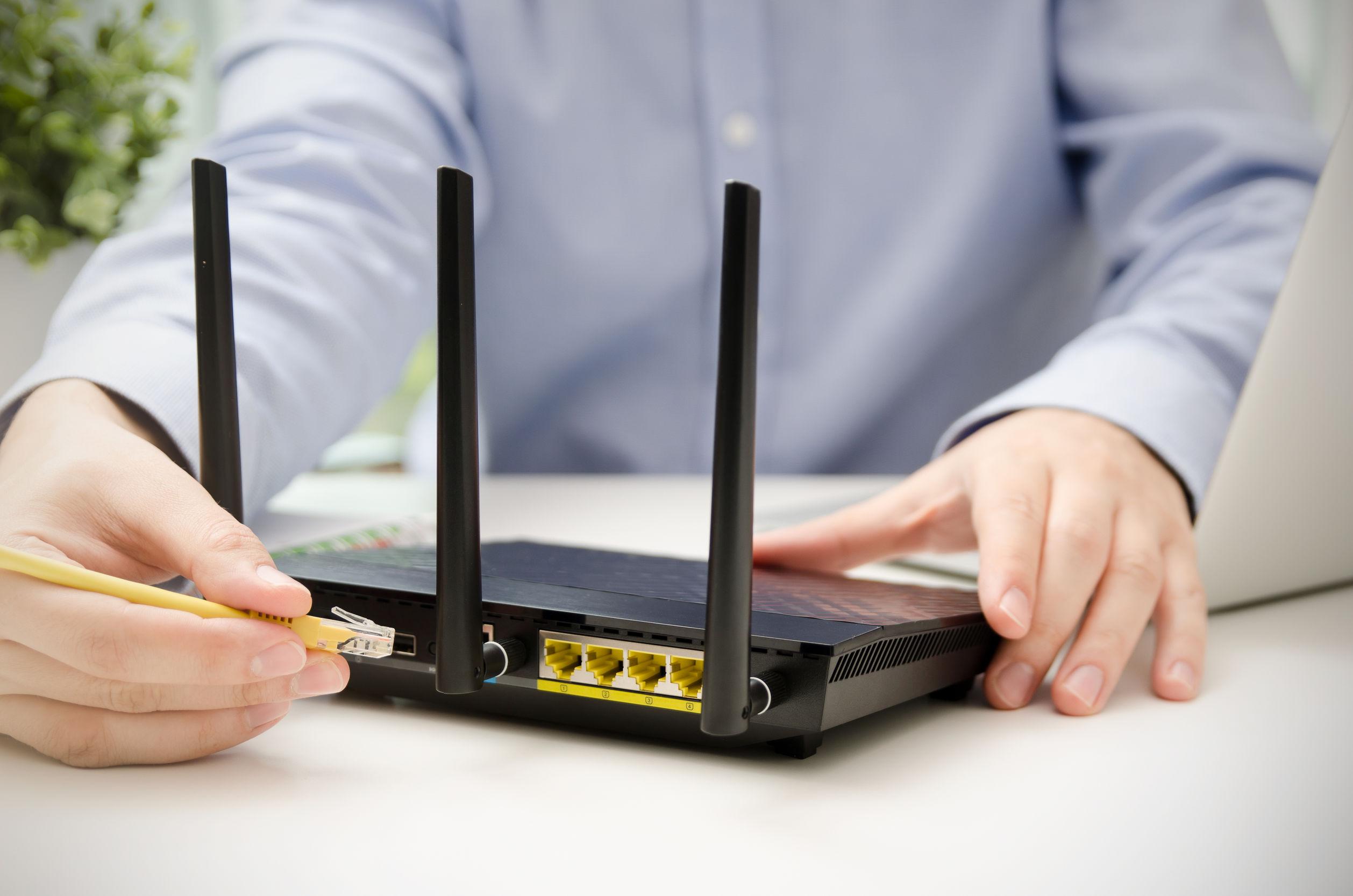 técnico conectando internet