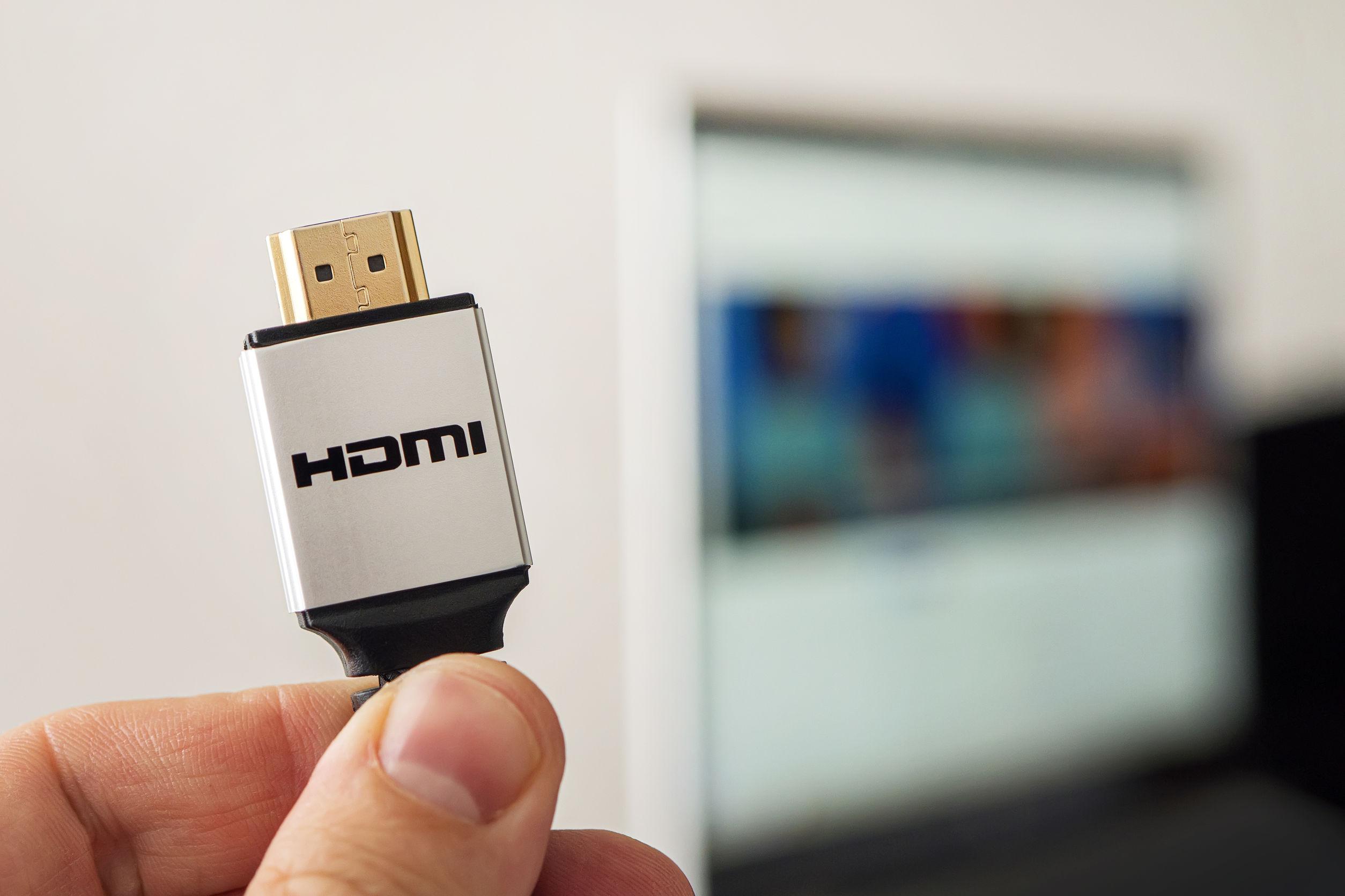 Línea HDMI que conecta el sistema de audio y video del portátil al proyector o TV